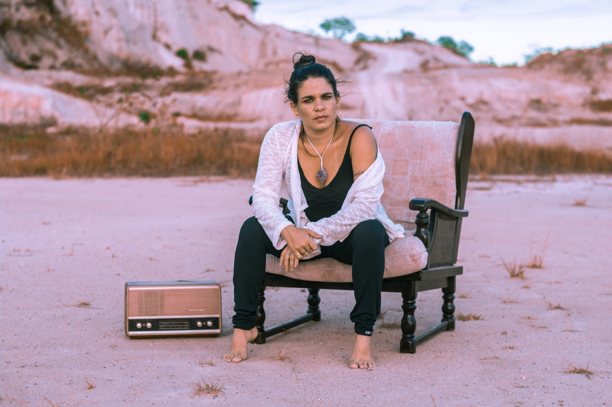 "Cíntia Savoli lança álbum intitulado ""Sinestesia"""